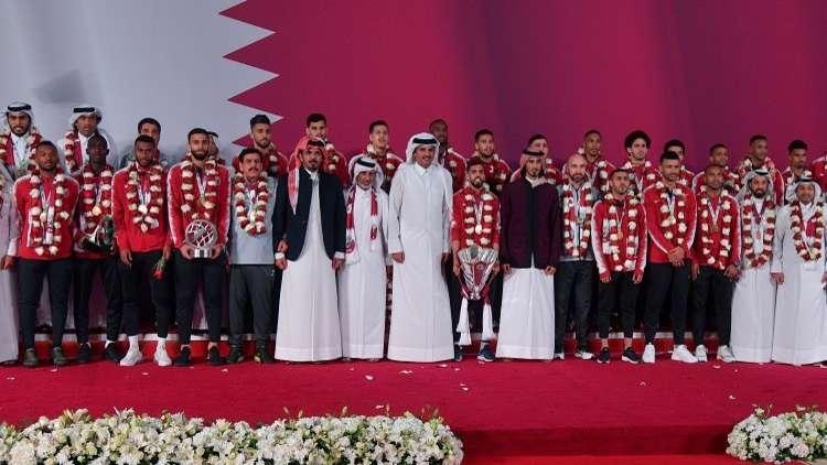 شاهد.. أمير قطر يؤدي النشيد الوطني مع لاعبي العنابي