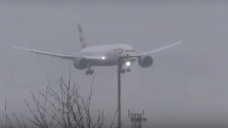 مشاهد مرعبة لعملية هبوط طائرة مدنية في لندن