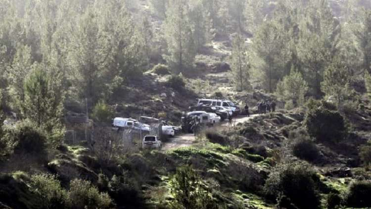 عناصر الشرطة الإسرائيلية في مكان مقتل الفتاة أوري انسباخر