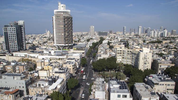 شاهد.. لافتة كبيرة عليها صورة نصر الله وسط تل أبيب