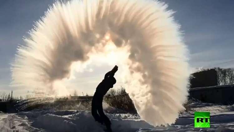 تعرف على سر الظاهرة الغريبة عند رش المياه الساخنة في الصقيع