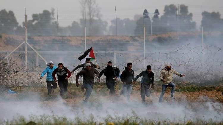 فلسطينيون يشاركون في مسيرات العودة قرب قطاع غزة