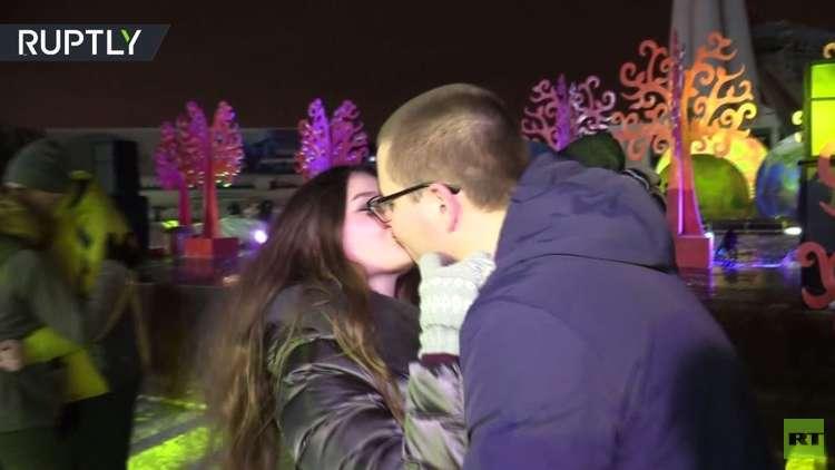 شاهد.. مسابقة أحرّ القبلات في موسكو بعيد الحب