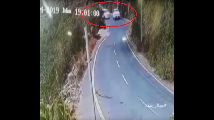 فيديو يحبس الأنفاس.. سقوط سيارة من أعلى قمة جبل في السعودية