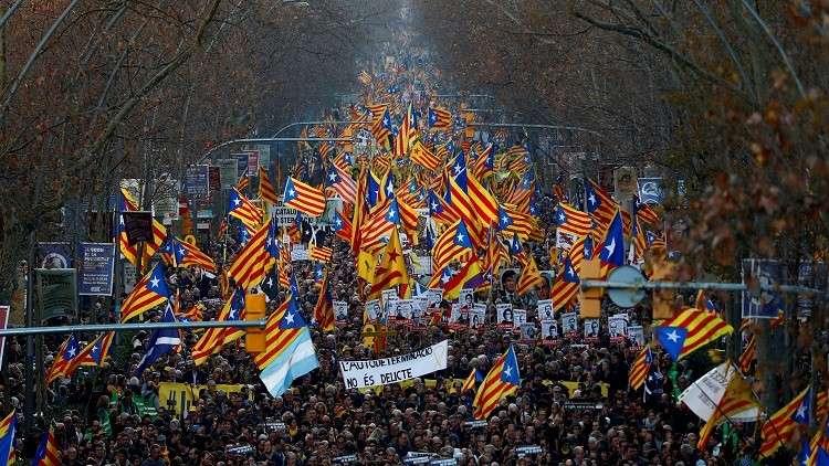 مئات الآلاف في برشلونة احتجاجا على محاكمة قياديي الإقليم