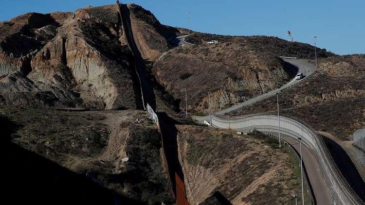 مستشار ترامب يتوقع بناء مئات الأميال من الجدار مع المكسيك قبل 2020
