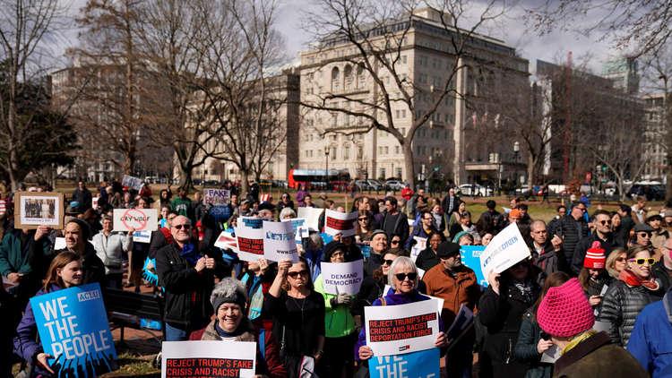 متظاهرون يحتجون أمام البيت الأبيض ضد إعلان ترامب حالة الطوارئ الوطنية