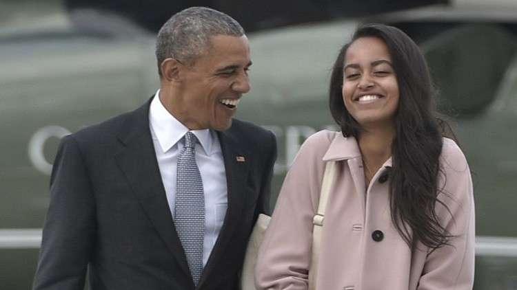 الرئيس الأمريكي السابق باراك أوباما مع ابنته ماليا (صورة أرشيفية)