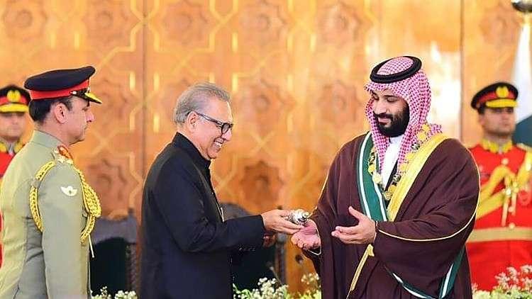 ولي العهد السعودي يتسلم هدية ثمينة في باكستان