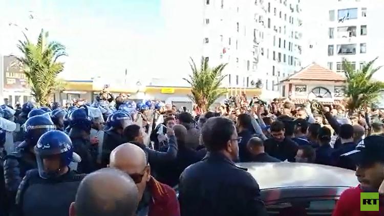 الجالية الجزائرية في فرنسا تتظاهر ضد ترشيح بوتفليقة لولاية خامسة (فيديو)