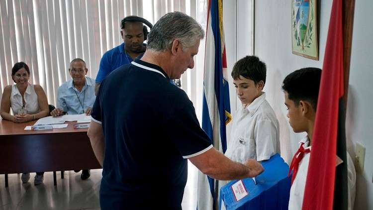الرئيس الكوبي ميغيل دياز كانيل يدلي بصوته أثناء الاستفتاء على الدستور الجديد في كوبا