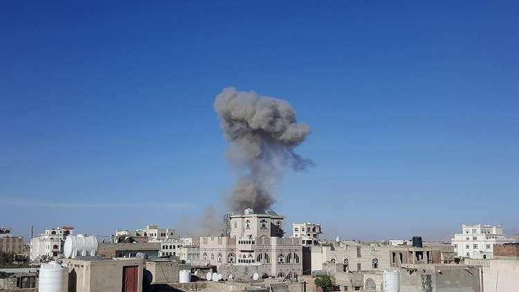 تصاعد دخان بعد ضربة وجهها طيران التحالف العربي في العاصمة اليمنية صنعاء