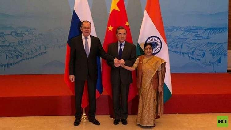 لافروف في لقاء مع نظيريه الهندية سوشما سفاراج، والصيني وانغ يي، في مدينة ووتشنغ الصينية