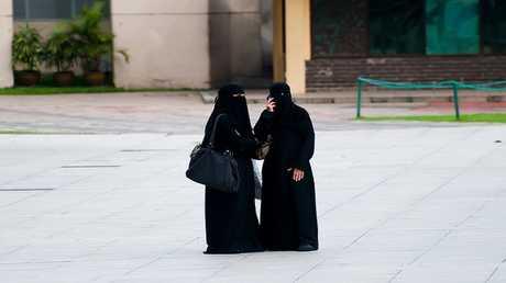 تطبيق لتعقب النساء في السعودية يضع غوغل وآبل في مأزق العنصرية