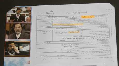 نسخة من شهادة وفاة الرئيس العراقي السابق صدام حسين، معروضة في متحف حلبجة، العراق