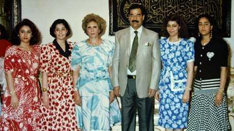 أرشيف - صدام حسين مع أفراد من عائلته
