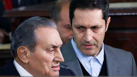 مبارك برفقة نجله علاء