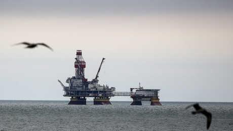 السعودية تغلق جزئيا أكبر حقل نفط بحري في العالم
