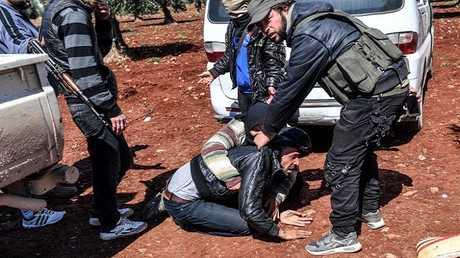 عناصر من فصائل المعارضة السورية يحتجزون رجلا في عفرين (صورة أرشيفية)