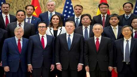 صورة جماعية للمشاركين جولة بكين الأخيرة من المفاوضات التجارية الأمريكية الصينية