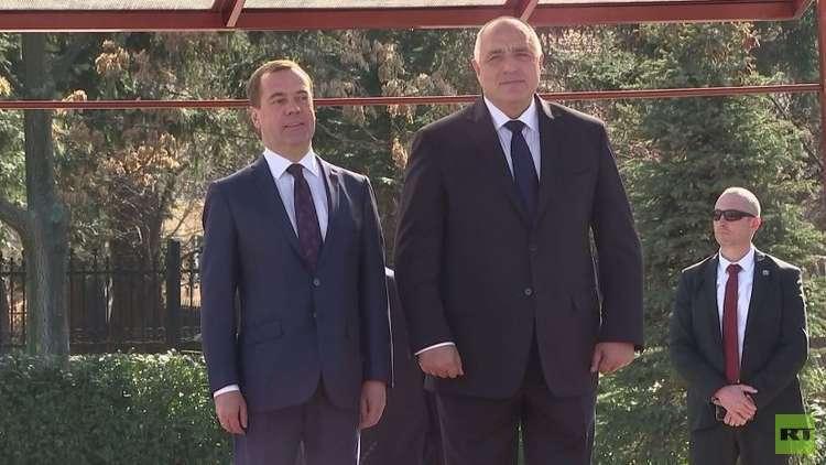 شاهد.. مراسم استقبال رئيس الوزراء الروسي دميتري مدفيديف