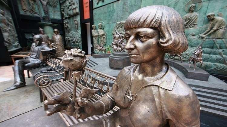 تمثال الشاعرة  مارينا تسفيتايفا في موسكو