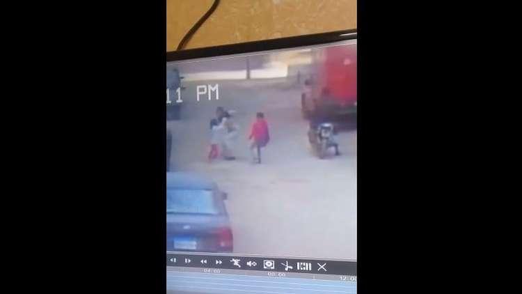 مصر.. فتاة تهرب من خاطفها في اللحظات الأخيرة والكاميرات ترصد الواقعة