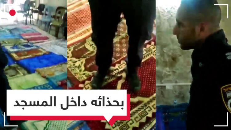 فلسطيني صوره بهاتفه.. شرطي إسرائيلي يقتحم المسجد الأقصى بحذائه!