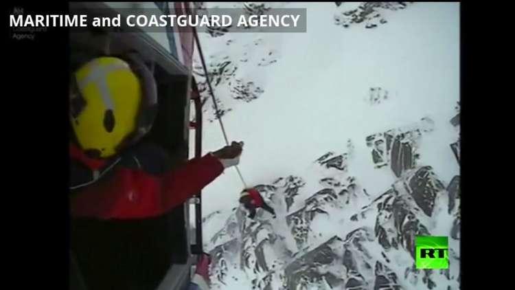 إنقاذ كلب عالق على قمة جبل في بريطانيا