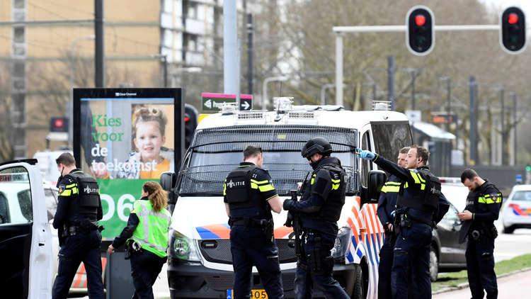 عناصر من قوات الأمن في موقع إطلاق النار في مدينة أوتريخت الهولندية