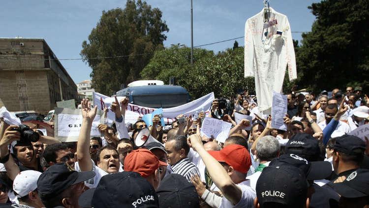 القطاع الصحي الجزائري يعلن إضرابا عاما دعما للحراك الشعبي