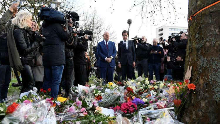 رئيس الوزراء ووزير العدل الهولنديان يضعان الزهور على نصب تذكاري مؤقت في موقع إطلاق النار بأوتريخت