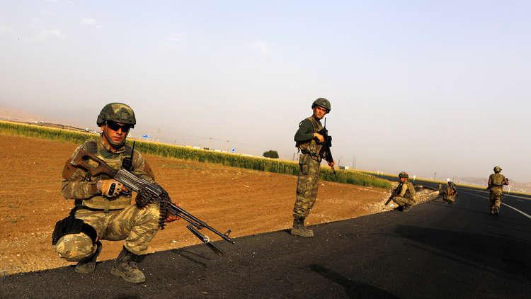 عناصر من الجيش التركي على الحدود مع العراق