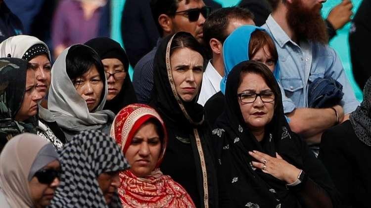 رئيسة وزراء نيوزيلندا تشارك المسلمين في تشييع ضحايا المسجدين