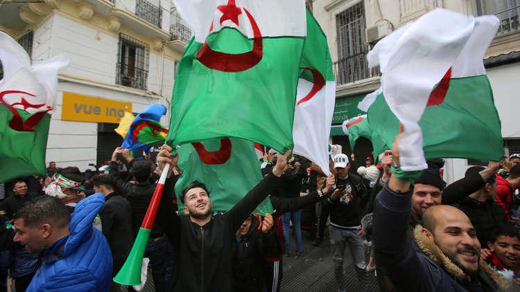 الجزائر.. المحامون يتظاهرون ضد تمديد أو تأجيل الانتخابات