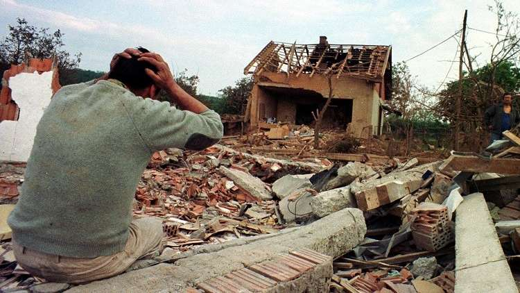أرشيف - رجل يبكي أمام أنقاض منزله بعد أن قصفت طائرات الناتو المنطقة المحيطة بقرية راليا جنوب غرب بلغراد 27 مايو 1999