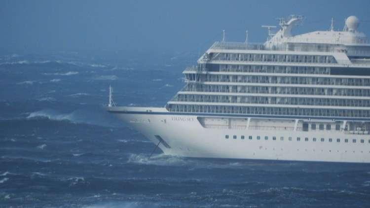 بالفيديو..معاناة ركاب سفينة