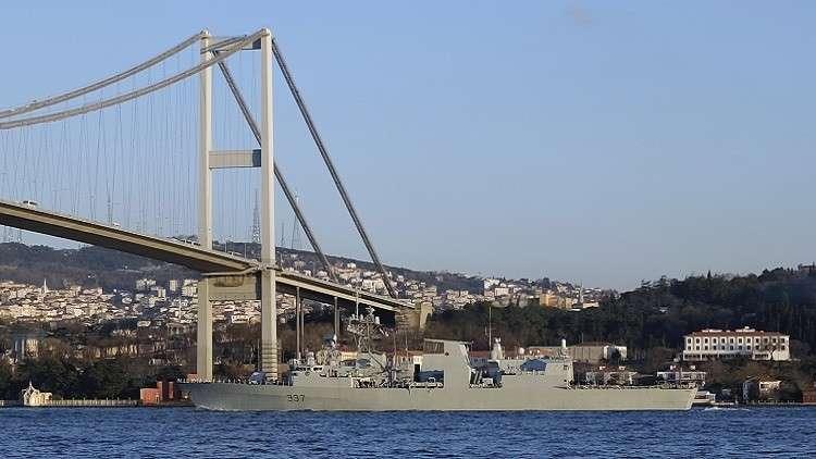 أرشيف - فرقاطة كندية تبحر تحت جسر البوسفور في إسطنبول، في طريقها إلى البحر الأسود، في 4 مارس 2015