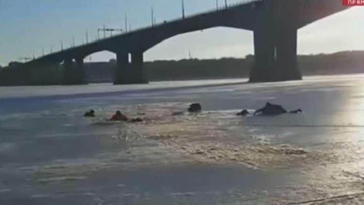 روسيا.. رجل ينقذ 3 شبان من تحت الجليد