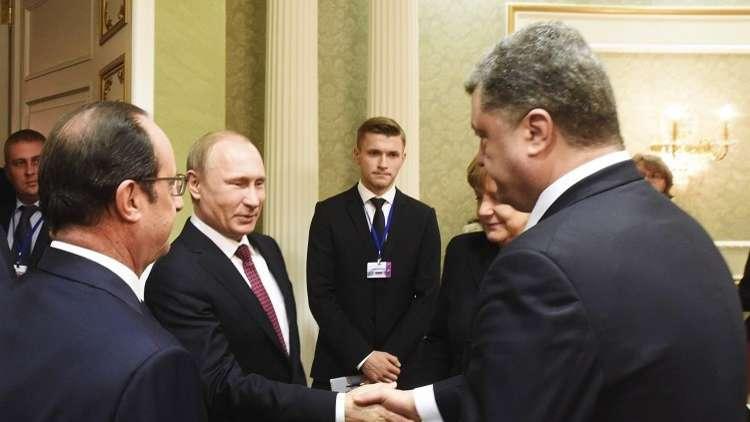 أرشيف - بوتين يصافح بوروشينكو بحضور هولاند وميركل، مينسك، 11 فبراير 2015