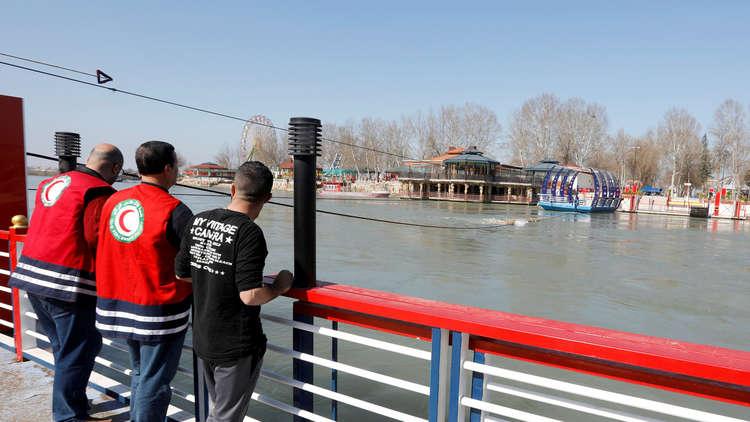 20 غواصا تركيا يبحثون في دجلة عن غرقى عبارة الموصل
