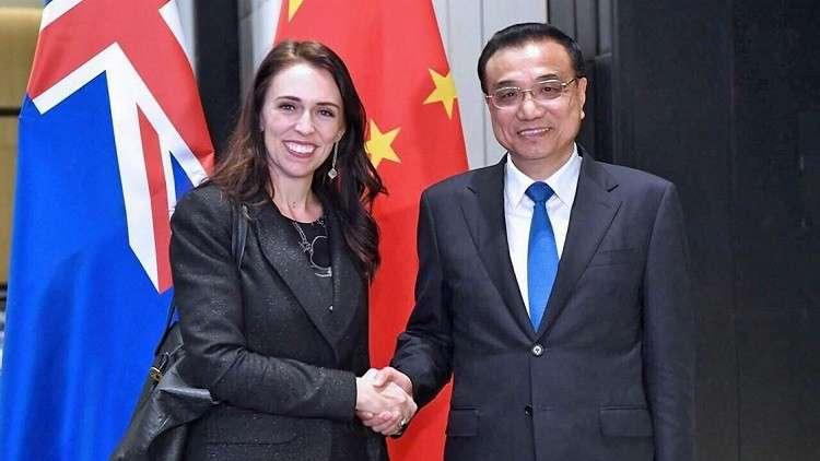 رئيسة وزراء نيوزيلندا جاسيندا أرديرن ورئيس مجلس الدولة الصيني لي كه تشيانغ (صورة أرشيفية)