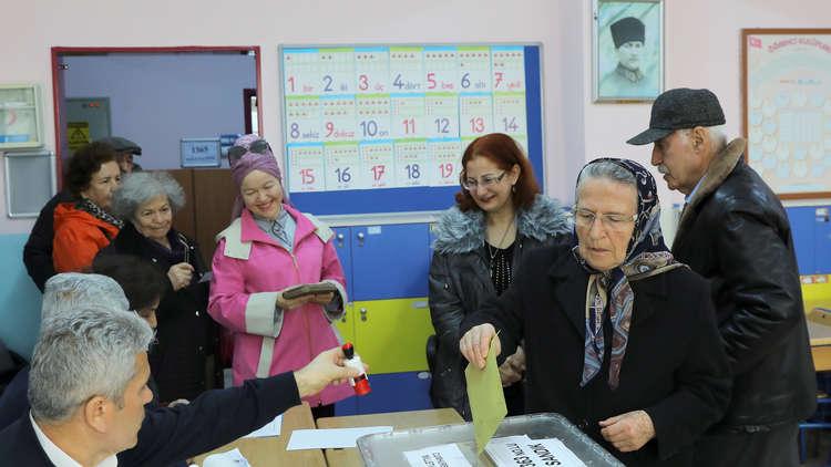 إغلاق صناديق الاقتراع أمام الناخبين في الانتخابات المحلية التركية بعموم البلاد