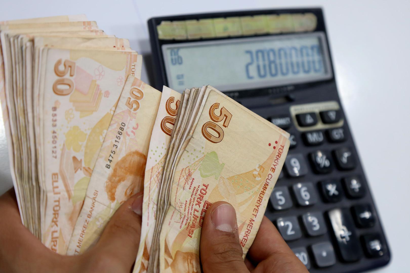 هبوط الليرة يدفع الأتراك نحو شراء الدولار style=