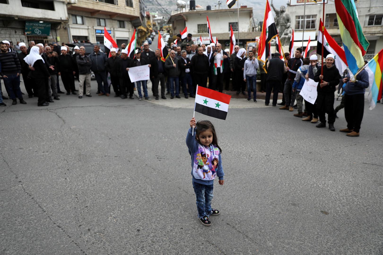 حاملين صور الأسد.. أهالي الجولان المحتل يحتجون على تصريحات ترامب