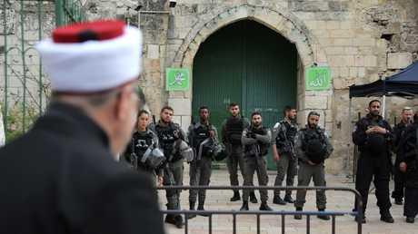 القوات الإسرائيلية تغلق المسجد الأقصى
