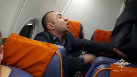 شاهد.. راكب ثمل يرفض الخروج من الطائرة ويطلب ثمن البطاقة من رجال الأمن
