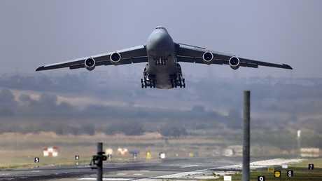 طائرة تابعة لسلاح الجو الأمريكي تقلع من قاعدة إنجرليك الجوية في أضنة، تركيا، في 10 أغسطس 2015