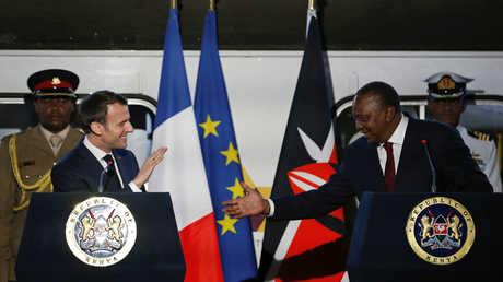 الرئيس الفرنسي إيمانويل ماكرون والرئيس الكيني أوهورو كينياتا أثناء مؤتمر صحفي في نيروبي