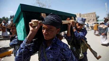 حوثيون يشيعون ضحايا مدنيين في صنعاء